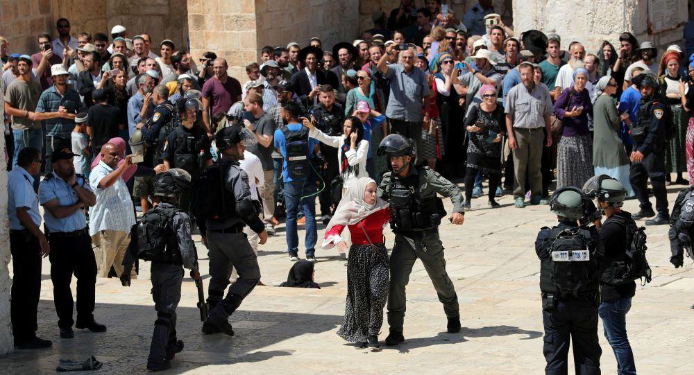 İşgalci İsrail Mescid-i Aksa'da cemaate saldırdı