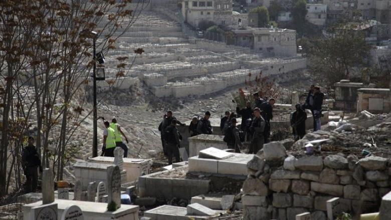 İşgal Güçleri Filistinlilere Ait Mezarları Yıkıyor