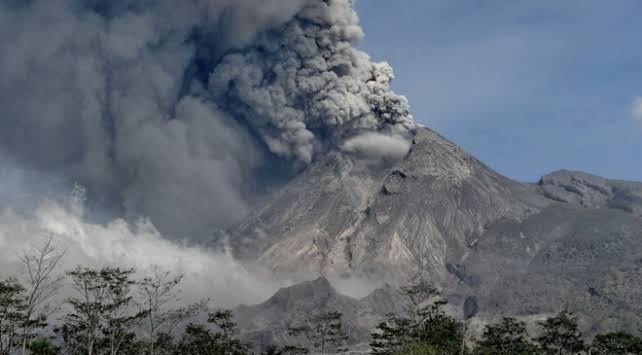Endonezya'da Merapi Yanardağı'nda son 24 saatte 3 patlama oldu