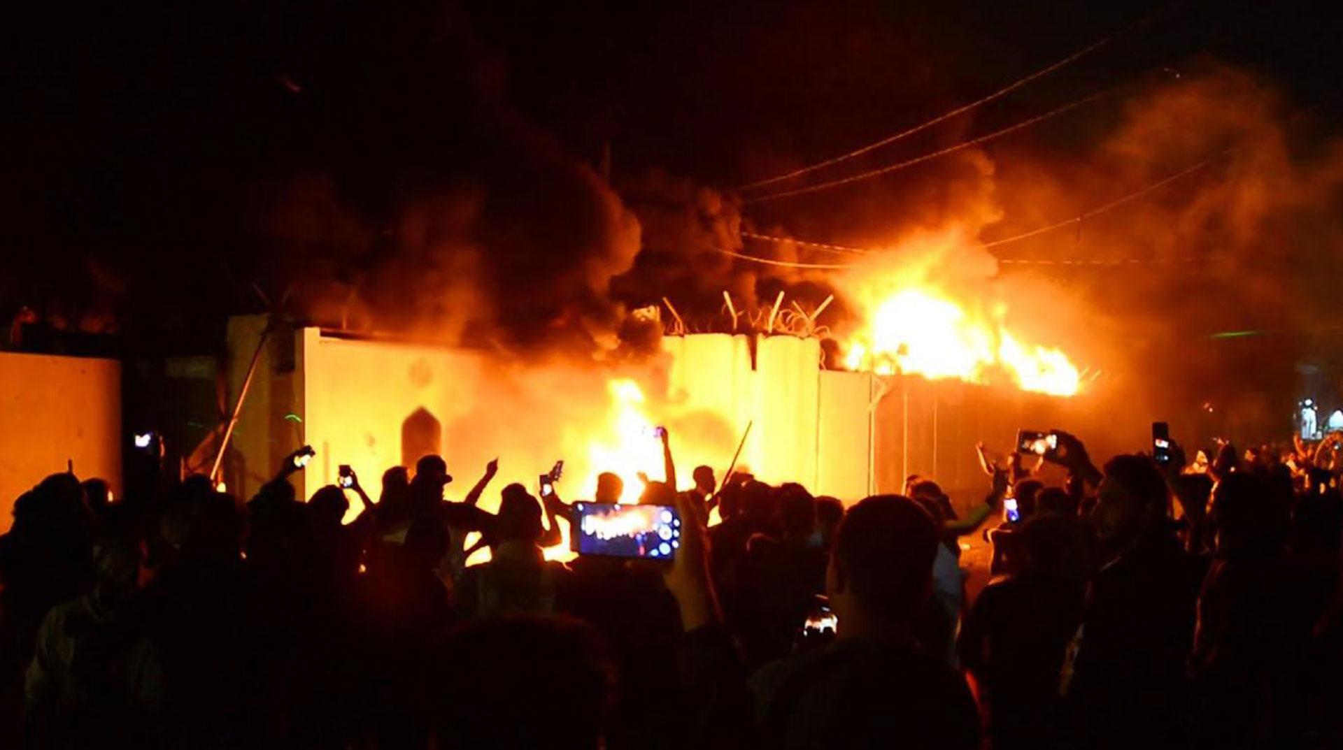 Irak'ta göstericiler Şii Bedir Tugayları Merkezi'ni ateşe verdi