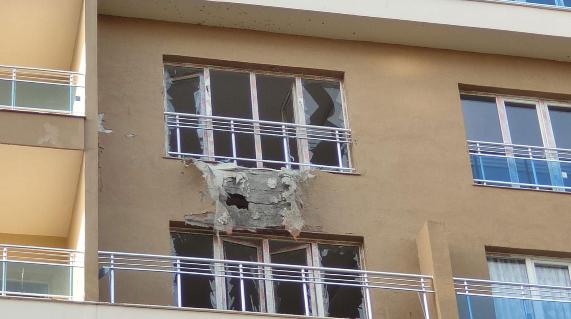 Suriye'den Atılan Roket, Nusaybin'de Binaya İsabet Etti