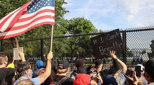 Washington DC'de gösteriler sokağa çıkma yasağına rağmen sürüyor: Beyaz Saray'ın önü yüksek bariyerlerle çevrildi