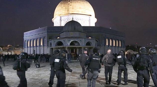 İşgal polisi Mescid-i Aksa'da cemaate saldırdı: Filistinli kadın gözaltına alındı