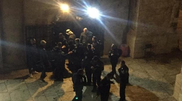İşgalci İsrail güçleri Mescidi Aksa'da namaz kılanlara saldırdı