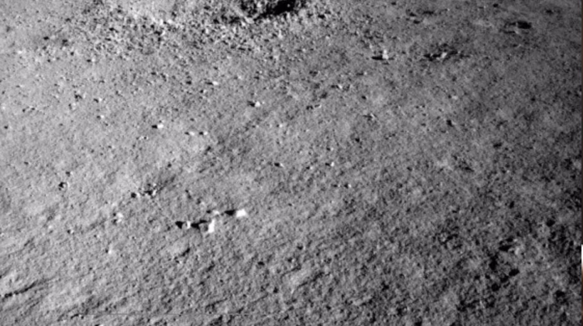 """Ay'ın karanlık yüzünde açıklanamayan """"jel benzeri bir madde"""" bulundu"""