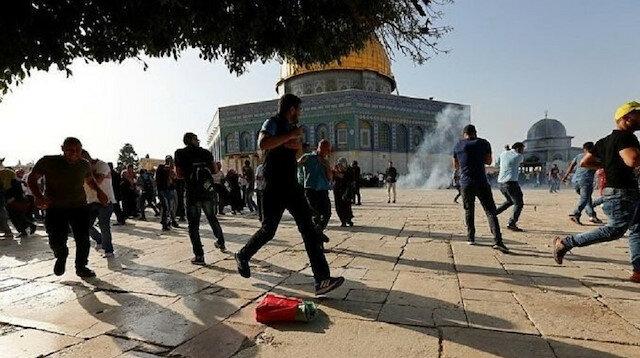 İşgalci İsrail güçleri bayram namazı kılan Filistinlilere saldırdı
