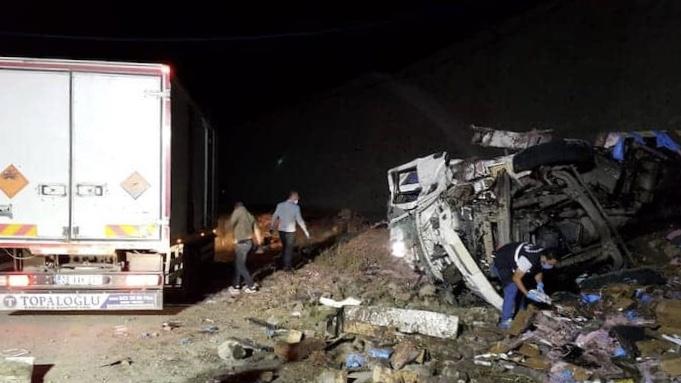 Erzurum'da dinamit yüklü kamyon devrildi: İki ölü
