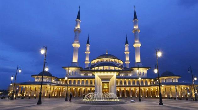 Türkiye'de sadece Beştepe Millet Camisi'nde çok az katılımla cuma namazı kılındı