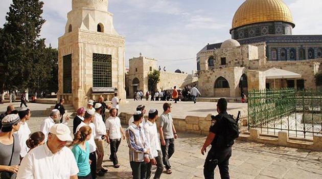 200'e yakın fanatik Yahudi, katil İsrail polisinin desteğiyle Mescid-i Aksa'yı bastı