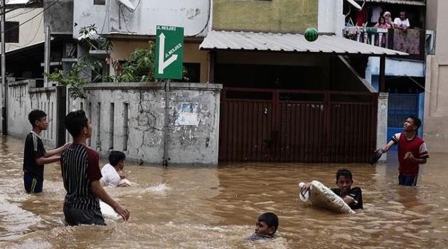 Endonezya'da sel felaketi: 6 öğrenci öldü, 5 öğrenci kayıp!