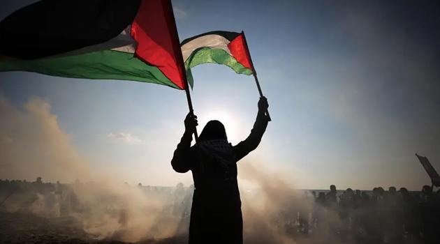 İşgalci İsrail polisi, Filistinli yaşlı adamı yerlerde sürükledi