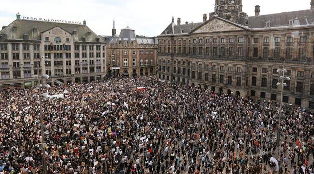 Amsterdam'da, Amerikalı siyahi George Floyd'un ölümü protesto edildi