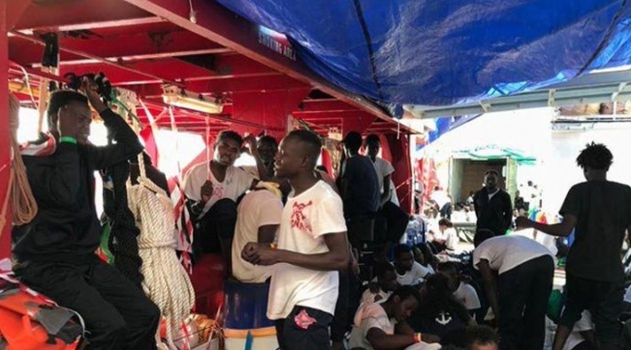 Açlıktan ölmek üzere olan 65 göçmen otobanda bulundu