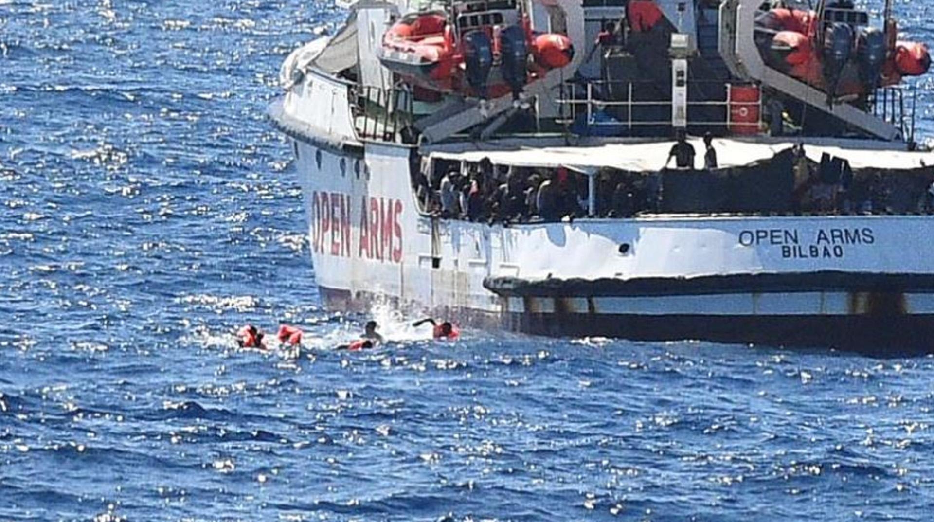 İtalya açıklarında 20 gündür gemide bekletilen mülteciler karaya çıktı