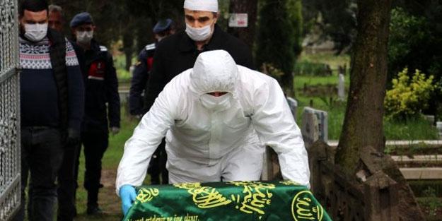 Koronavirüsten ölen annesinin yanına gömüldü