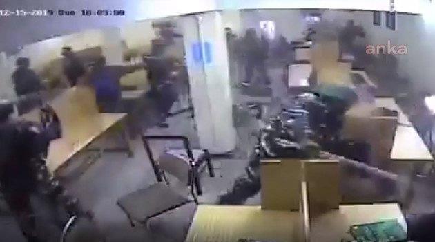 Hindistan'da polis Müslüman öğrencilere saldırdı