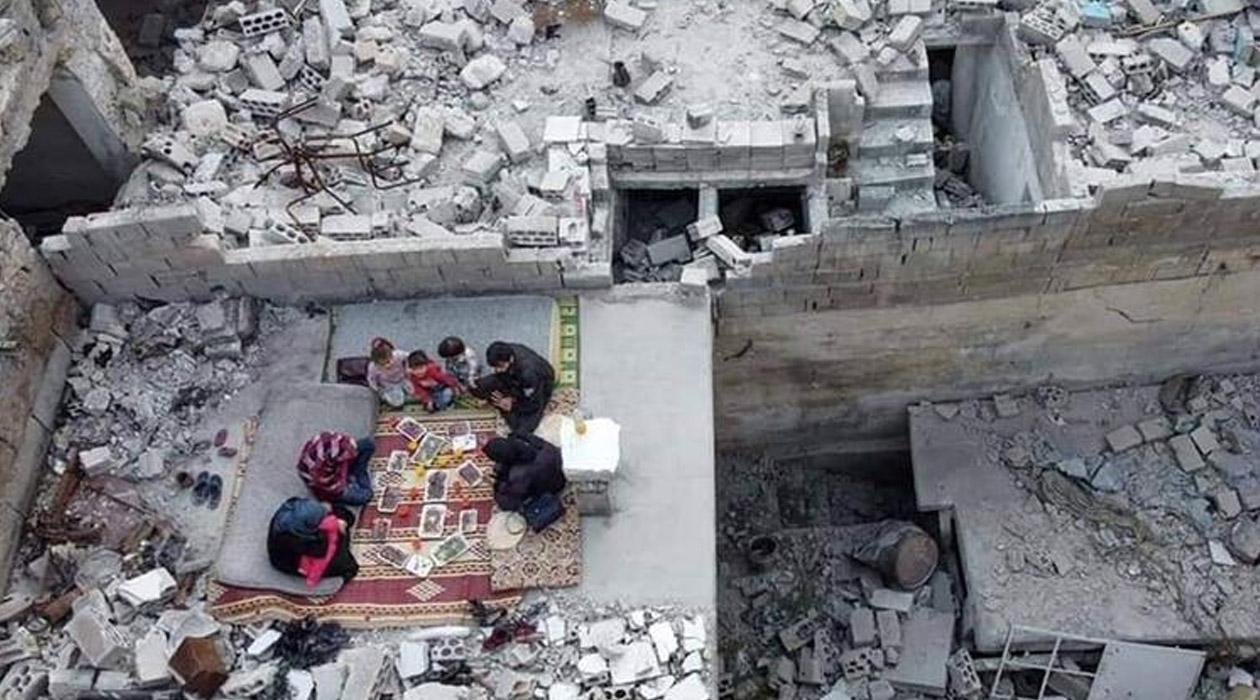 İdlib'de hayatta kalma mücadelesi: Evlerinin enkazında iftar