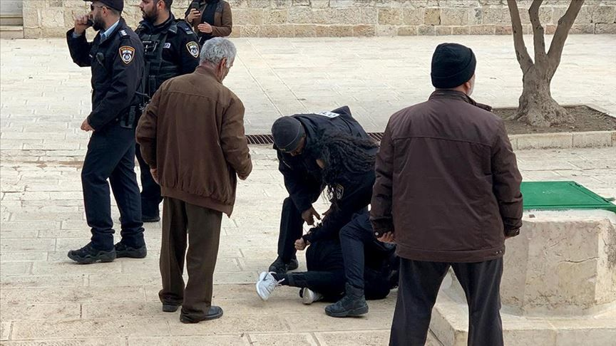 İşgalci İsrail polisi, Mescid-i Aksa'da 5 Filistinliyi gözaltına aldı