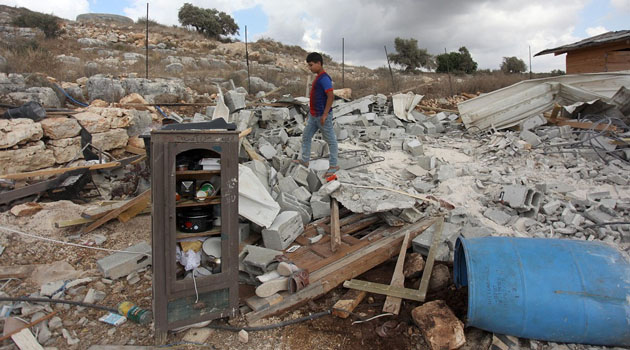 İşgalci İsrail askerleri Batı Şeria'da Filistinlilere ait bir ev ile su deposunu yıktı