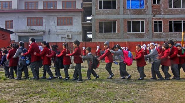 Keşmir'de okullar yeniden açıldı