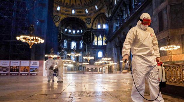 Lübnan'da cemaatle namaz askıya alındı