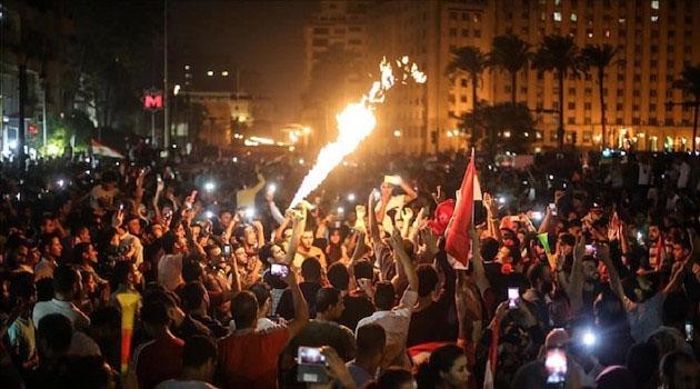 Mısır'da halk sokağa indi! Darbeci Sisi'yi tutuklayın çağrısı
