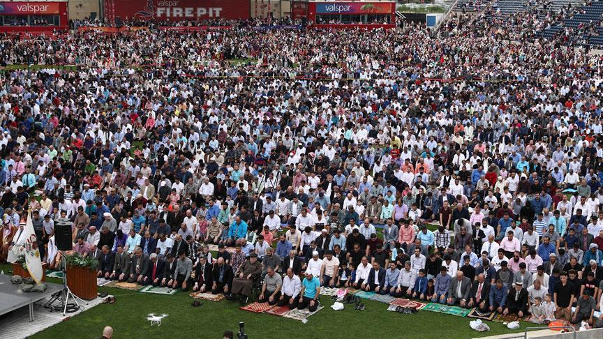ABD'de on binlerce Müslüman stadyumda namaz kıldı