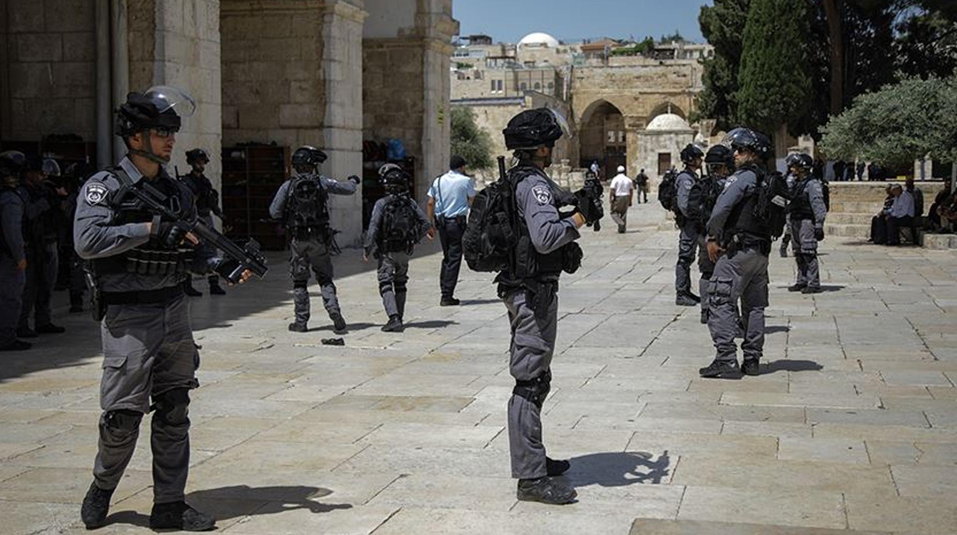İşgalci İsrail polisi ve fanatik Yahudilerden Mescid-i Aksa'ya baskın