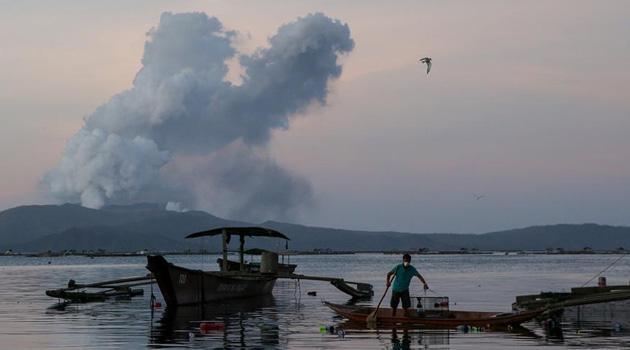 Yanardağ patlamasının ardından binlerce kişi tahliye edildi