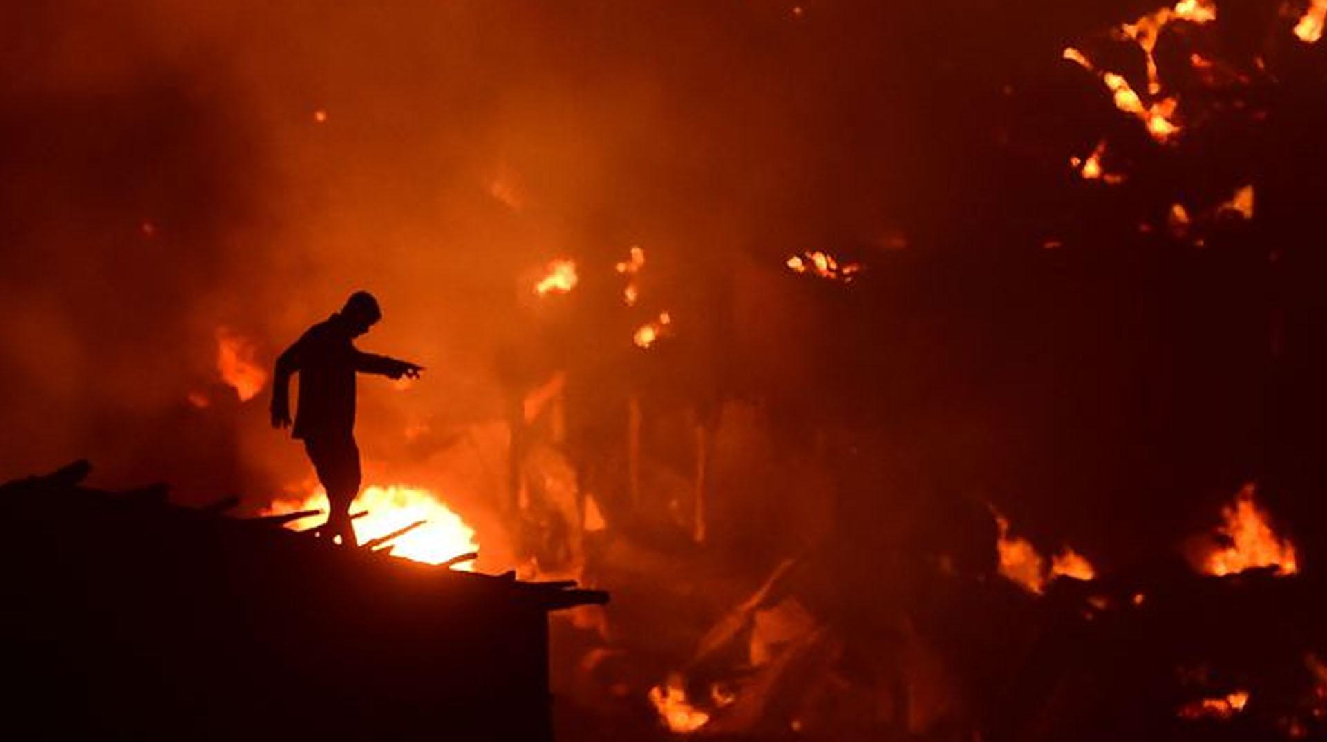 Bangladeş'te 15 bin ev yandı