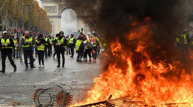 'Sarı Yelekliler' tekrar meydana indi, Paris karıştı