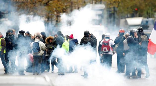 Protestoların yıl dönümünde sokağa inen Sarı Yelekler'e polis müdahalesi