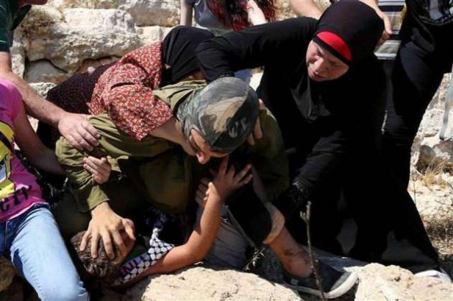 Siyonist Askerin İsyan Ettiren Müdahalesi