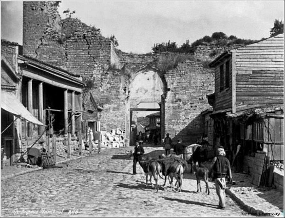 İstanbul'a ait tarihi fotoğrafları tefekkür etmeniz için takdirinize sunuyoruz.