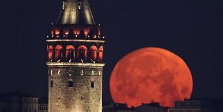Ay ve Galata Kulesinin muhteşem buluşması