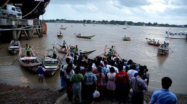Binlerce kişi Myanmar'ı terk ediyor