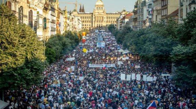 Çekya'da 250 bin kişiden hükümet karşıtı gösteri