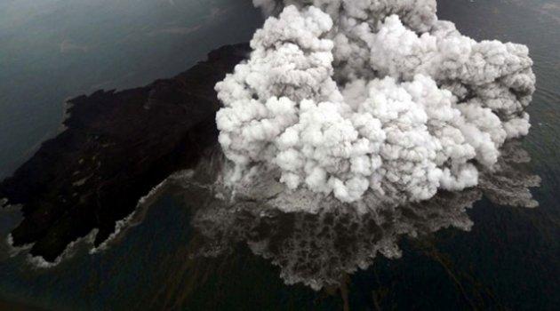 Endonezya'da Anak Krakatau Yanardağı'nda bir günde 37 patlama