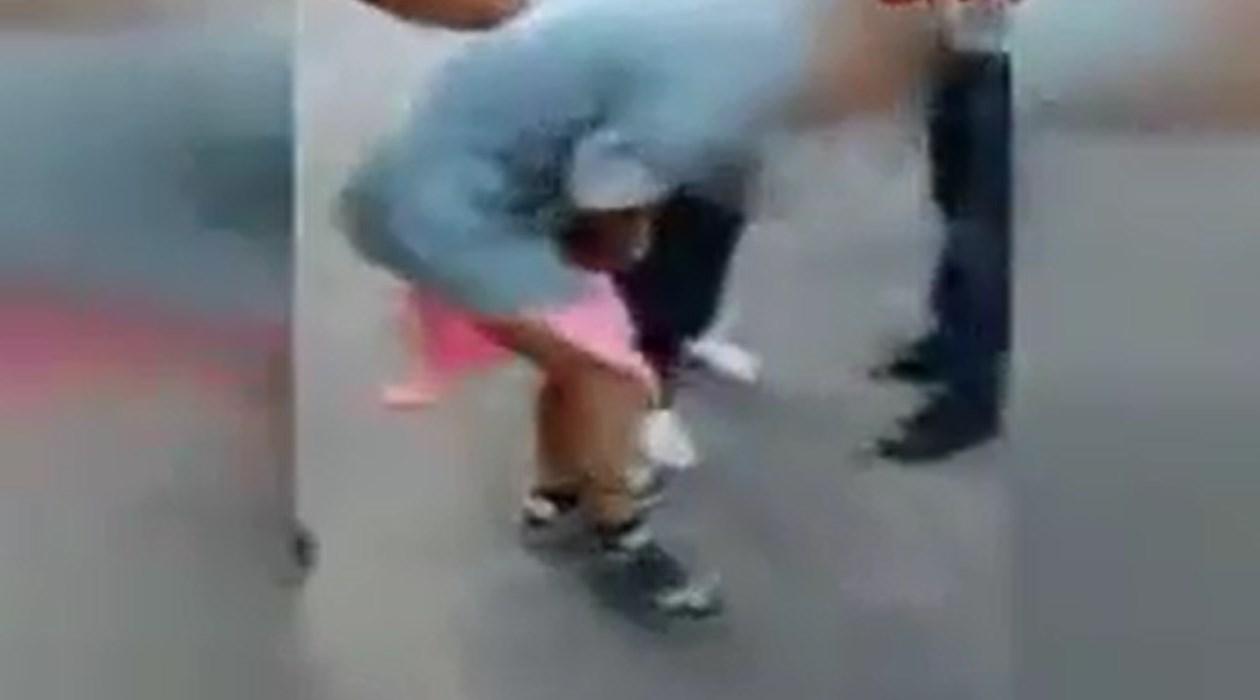 Adalet Artık Sokaklarda Aranır Oldu! Uyuşturucu Satıcısını Etek Giydirip Dövdüler