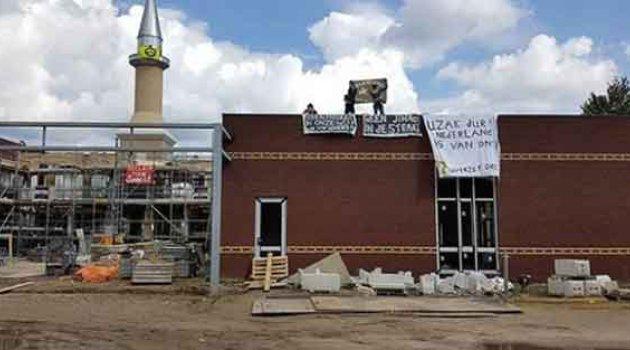 Hollanda'da 'Cami istemiyoruz' deyip saldırdılar