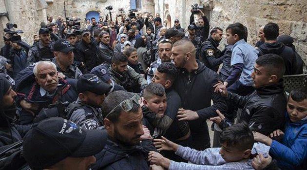 İşgalci İsrail Kudüs'te Filistinli aileyi zorla evinden çıkardı