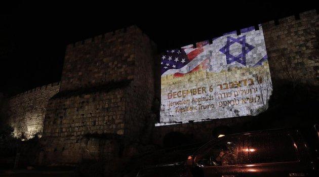 İsrail'den küstah hareket: Kudüs'ün surlarına ABD ve İsrail bayrakları yansıtıldı