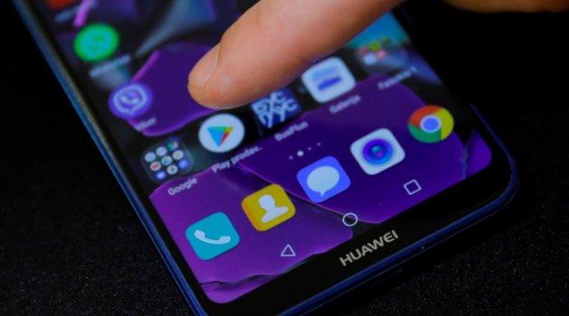 Satışları yüzde 40 düşen Huawei'den üretimde 30 milyar dolarlık kesinti
