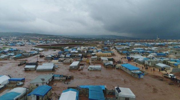 Sınırdaki Suriyeli sığınmacı kamplarını sel vurdu: 25 bin kişi çadırsız kaldı