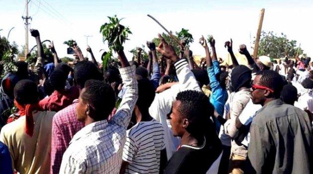 Sudan'da askerler, göstericilere müdahale etmeye başladı