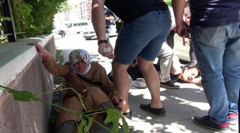 Sokakta annesini döven gence meydan dayağı