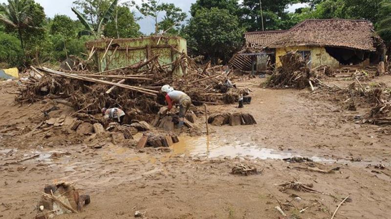 Endonezya'daki sel felaketinde ölü sayısı 16'ya yükseldi