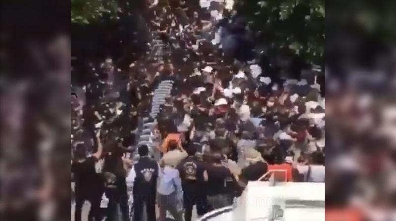 Adana Adliyesi Önünde Toplanan Avukatlara Polis Müdahale Etti