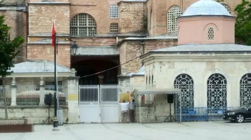 Ayasofya'da 'Müze' Tabelası Söküldü