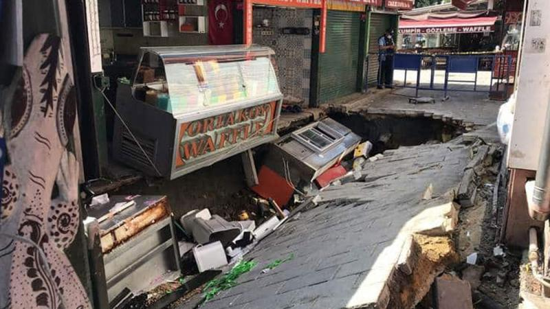 İstanbul Ortaköy'de Yol Çöktü, Çukura Düşen Bir Vatandaş Hastaneye Kaldırıldı